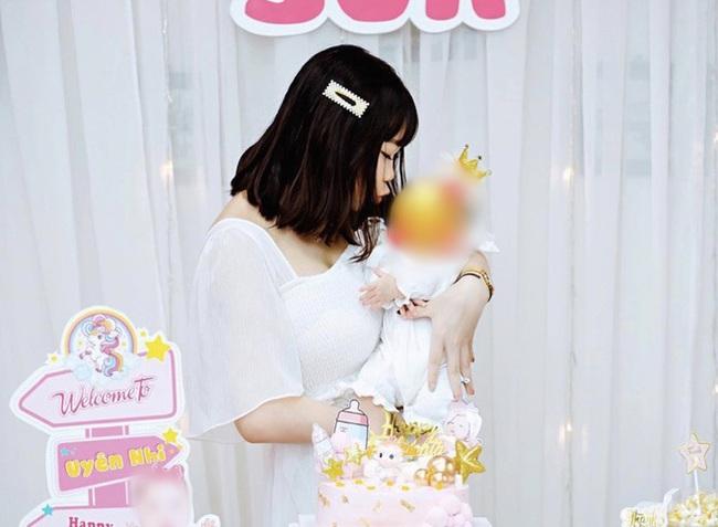 """Chi Bé - bạn thân Linh Ka bất ngờ khoe ảnh đầy tháng con, công khai lên chức mẹ vào năm 18 tuổi khiến nhiều người """"sốc"""" - Ảnh 1."""
