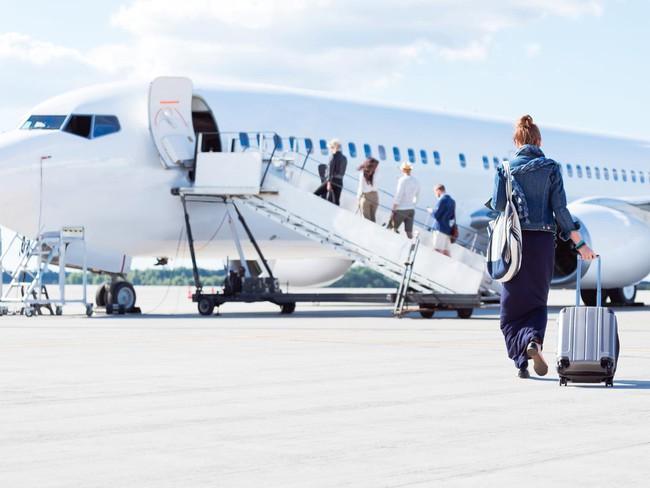 Vì sao hành khách thường lên máy bay từ cửa bên trái - Ảnh 1.