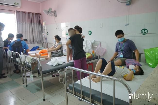 TP.HCM: Số người nghi ngộ độc sau bữa ăn tại trường tiểu học lên 57, bé 1 tuổi ăn bánh chị đem về cũng nhập viện - Ảnh 1.
