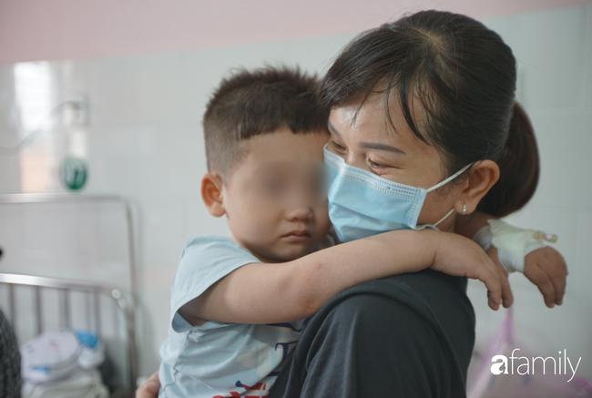 TP.HCM: Số người nghi ngộ độc sau bữa ăn tại trường tiểu học lên 57, bé 1 tuổi ăn bánh chị đem về cũng nhập viện - Ảnh 3.