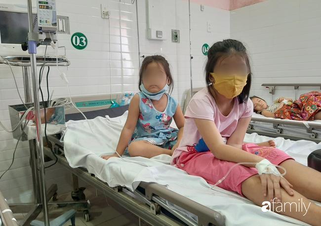 TP.HCM: Số người nghi ngộ độc sau bữa ăn tại trường tiểu học lên 57, bé 1 tuổi ăn bánh chị đem về cũng nhập viện - Ảnh 2.