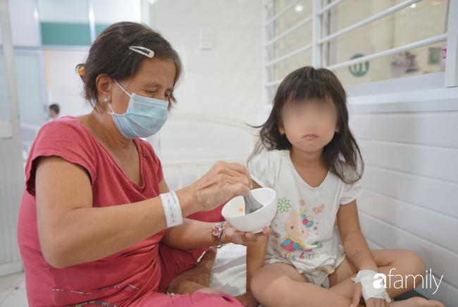 TP.HCM: Số người nghi ngộ độc sau bữa ăn tại trường tiểu học lên 57, bé 1 tuổi ăn bánh chị đem về cũng nhập viện - Ảnh 5.