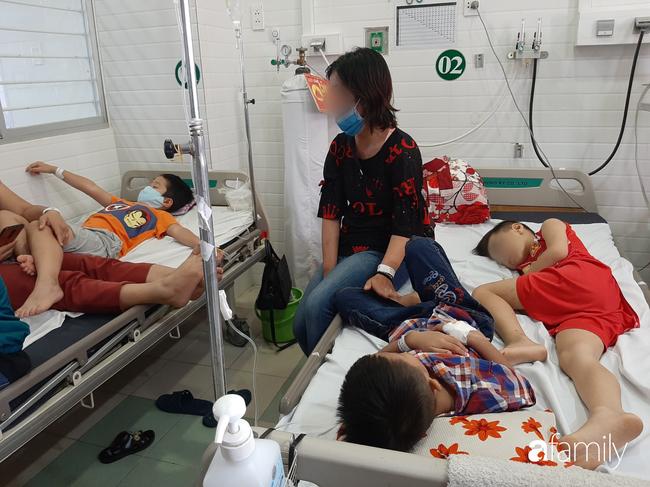 TP.HCM: Số người nghi ngộ độc sau bữa ăn tại trường tiểu học lên 57, bé 1 tuổi ăn bánh chị đem về cũng nhập viện - Ảnh 7.