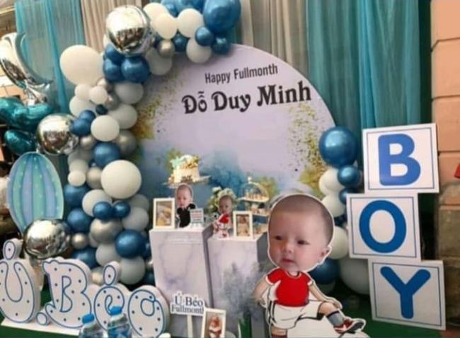 Con trai Duy Mạnh được bố mẹ chuẩn bị tiệc đầy tháng rực rỡ, tên thật của bé Ú Béo cũng được tiết lộ rồi đây - Ảnh 1.