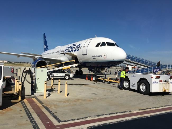 Vì sao hành khách thường lên máy bay từ cửa bên trái - Ảnh 4.