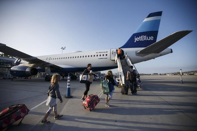 Vì sao hành khách thường lên máy bay từ cửa bên trái - Ảnh 2.