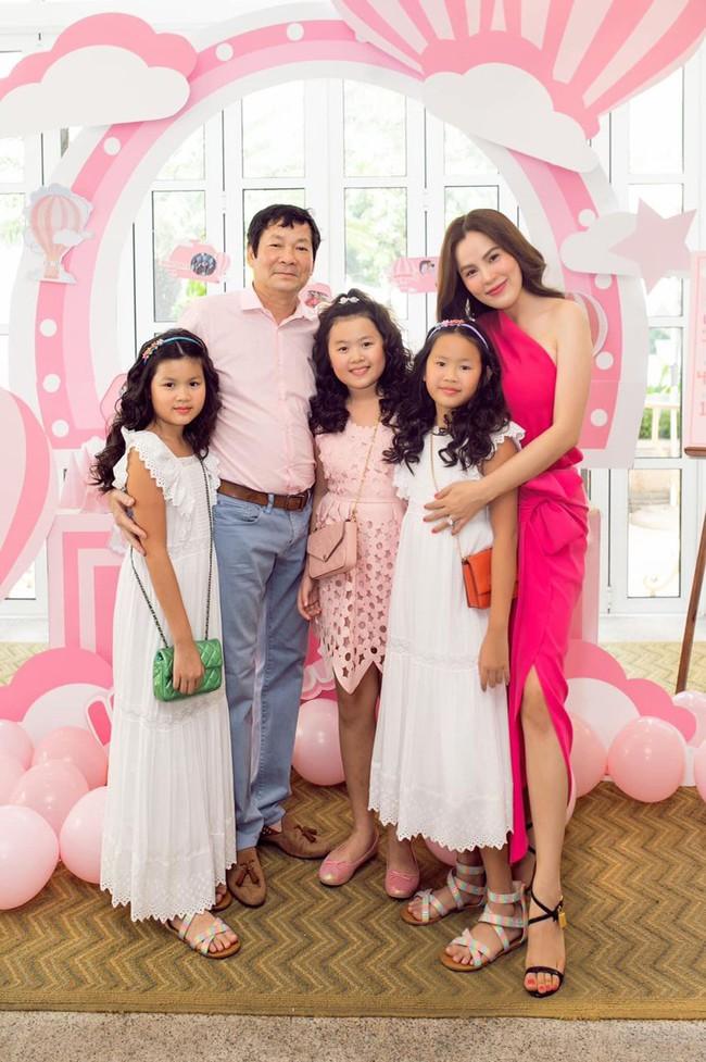 """Hoa hậu """"đeo nhẫn 21 tỷ"""" nuôi 3 con gái bé nào cũng xinh xắn, khỏe mạnh, chân dài miên man ai nhìn cũng ngưỡng mộ - Ảnh 1."""