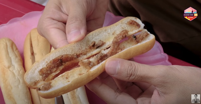 Nhìn Quang Vinh ăn bánh mì que, bánh đa cua ở Hải Phòng mới thấu hiểu cảm giác của hội chị em đam mê ăn uống - Ảnh 2.