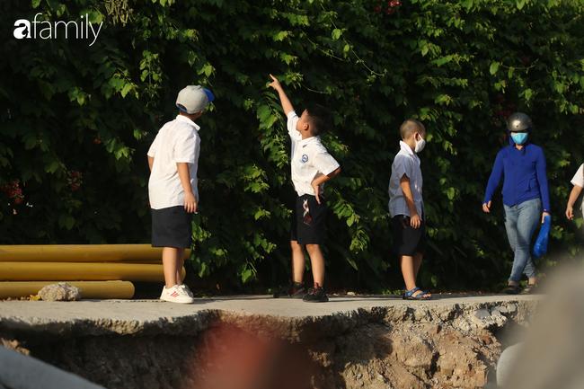 """""""Đại công trường"""" không rào chắn ngay trường học, học sinh vô tư chơi đùa  - Ảnh 6."""