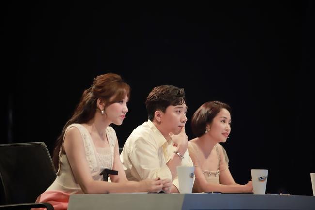 Hari Won mặc váy ngắn để lộ chân bị thương với chằng chịt vết sẹo  - Ảnh 5.
