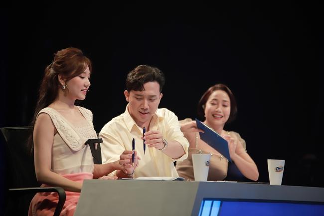 Hari Won mặc váy ngắn để lộ chân bị thương với chằng chịt vết sẹo  - Ảnh 4.