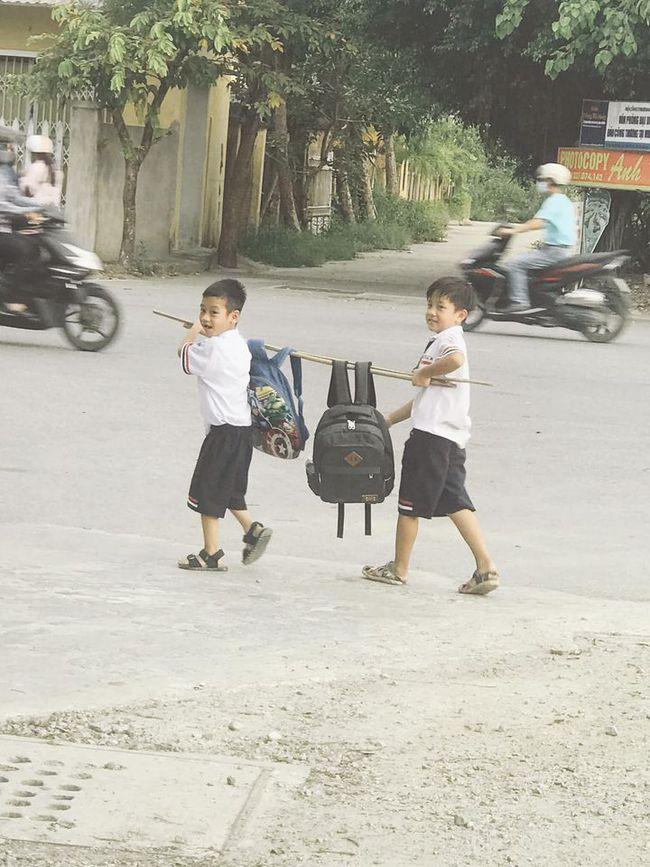 Hình ảnh hot nhất hôm nay: 2 cậu học trò nhỏ khiêng một thứ đặc biệt trên vai, dung dăng dung dẻ cười từ trường về nhà  - Ảnh 1.