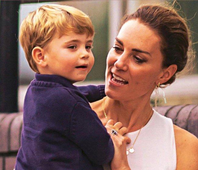 Công nương Kate gây sốt MXH khi để lộ khoảnh khắc xuống xe hơi, bế con trai Louis đi bộ giữa dòng người đông đúc khi gặp cảnh tắc đường - Ảnh 4.
