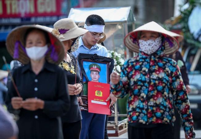 Khởi tố vụ án, khởi tố bị can, tạm giam hai đối tượng lái xe ô tô tông chiến sĩ cảnh sát cơ động tử vong ở Bắc Giang - Ảnh 1.