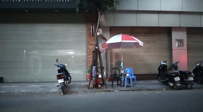 Hà Nội: Công an vào cuộc xác minh vụ cô gái bị người phụ nữ hóa trang đánh ghen trên phố Lý Nam Đế - Ảnh 1.