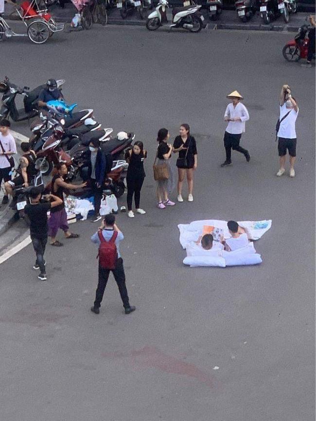 Đôi bạn trẻ bị dân mạng ném đá khi biến lòng đường thành phòng ngủ, bày gối trải chăn nằm đọc sách bất chấp nguy hiểm mất an toàn giao thông - Ảnh 2.