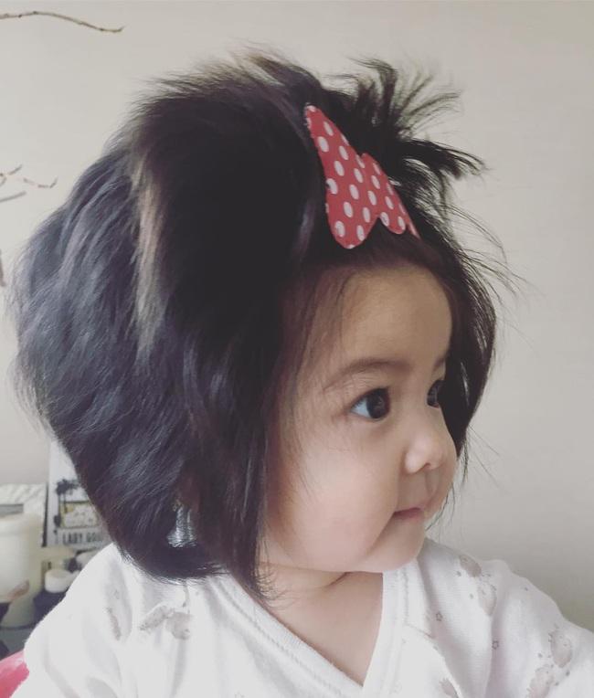 Từng khiến cư dân mạng trầm trồ vì hãng dầu gội danh tiếng mời quảng cáo, hình ảnh hiện tại của cô bé tóc xù càng khiến mọi người bất ngờ hơn - Ảnh 4.