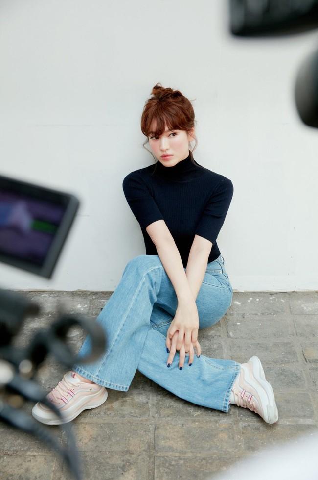 """Ngây ngất với loạt khoảnh khắc hậu trường của Song Hye Kyo, nhưng """"nhìn đi nhìn lại"""" vẫn thấy khác ảnh do người qua đường chụp - Ảnh 1."""