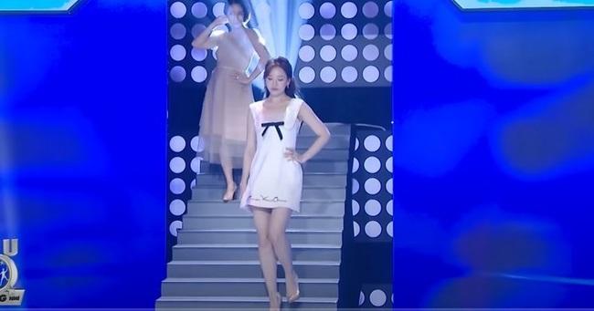 Hari Won trượt chân té ngã trên sân khấu, suýt lộ phần nhạy cảm vì mặc váy quá ngắn  - Ảnh 5.