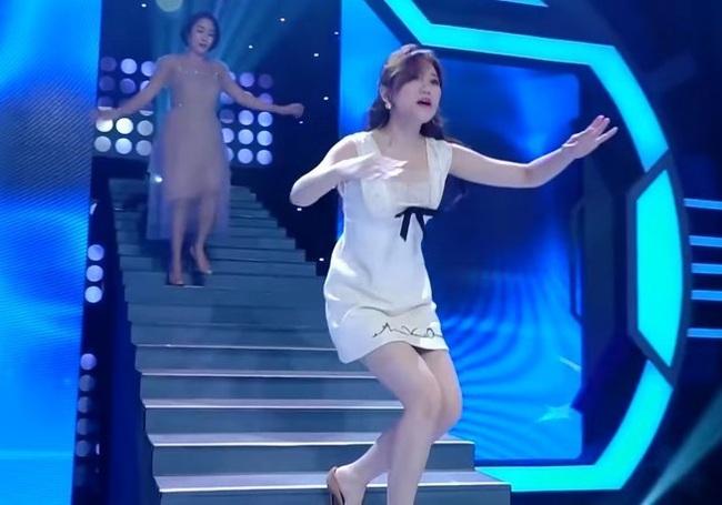 Hari Won trượt chân té ngã trên sân khấu, suýt lộ phần nhạy cảm vì mặc váy quá ngắn  - Ảnh 6.