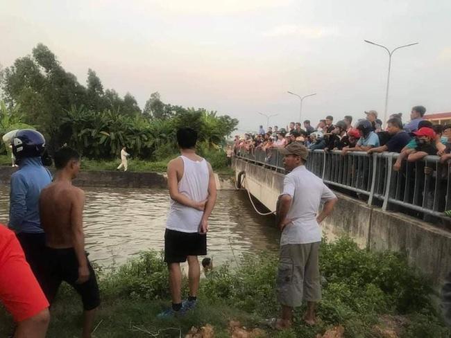 Người dân tổ chức tìm kiếm thi thể ông Hoan (Ảnh MXH)