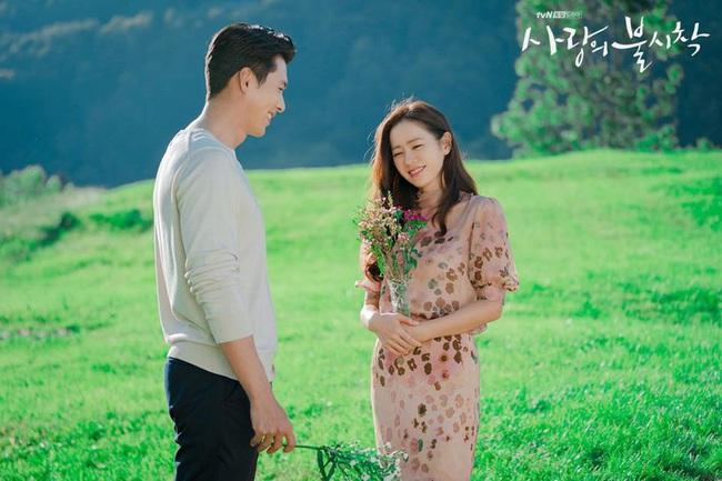 """Hyun Bin bị soi chi tiết cố tình """"động chạm"""" vòng 1 của Son Ye Jin bất chấp hướng dẫn của đạo diễn - Ảnh 2."""