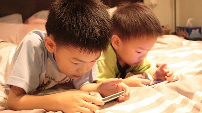 Ngoài việc gây cận thị, những đứa trẻ xem điện thoại hơn 2 giờ/ngày còn vướng phải nhiều vấn đề nghiêm trọng khác - Ảnh 1.