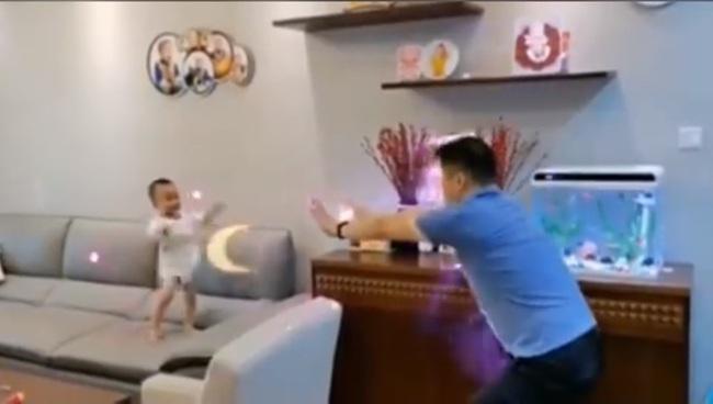 """Đang chơi, bố bất ngờ """"tung chưởng"""" và phản ứng của cậu con trai khiến ai cũng phải cười ngặt nghẽo - Ảnh 3."""