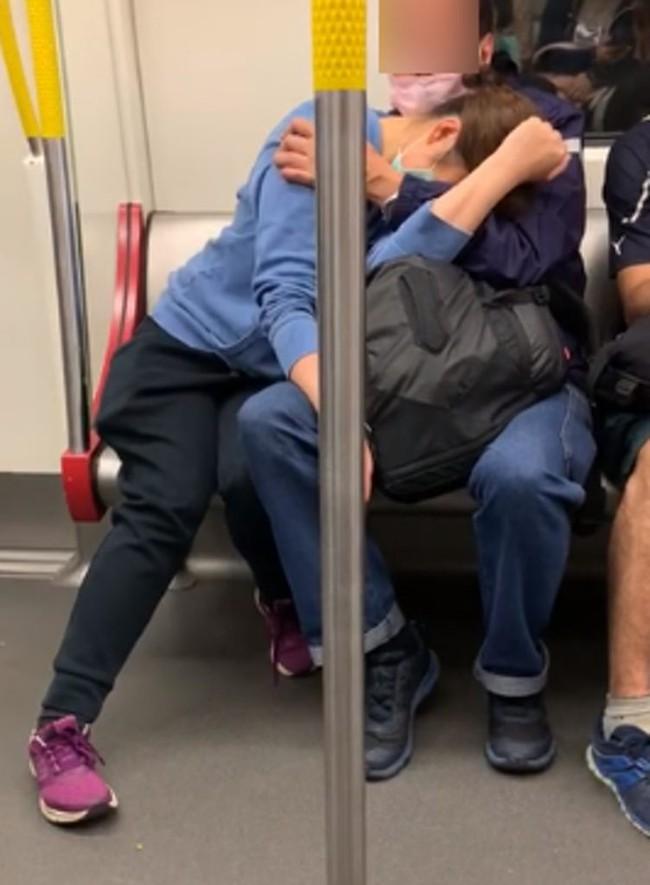"""Cộng đồng mạng dậy sóng với hai cặp đôi thoải mái sờ soạng nhau nơi đông người, đáng chú ý nhất là hình ảnh đôi """"bàn tay hư hỏng"""" - Ảnh 2."""