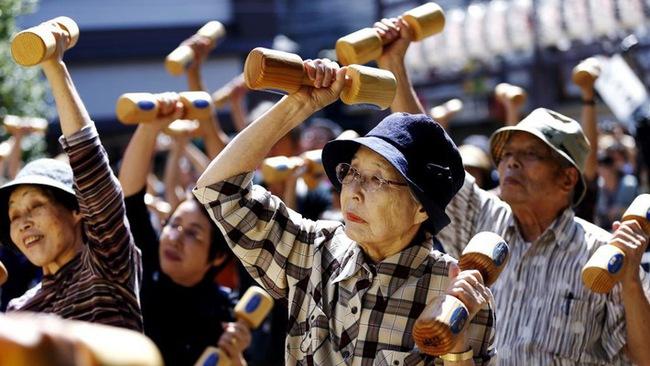 """Tại sao người Nhật ăn nhiều bữa, """"lười"""" tập thể dục mà tuổi thọ liên tục đứng đầu thế giới? Nhìn 3 cách họ uống nước bạn sẽ có ngay câu trả lời - Ảnh 1."""