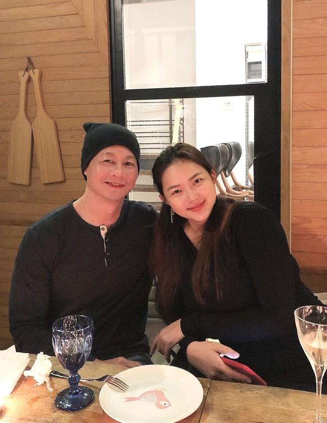 """Phan Như Thảo đăng hình bên chồng đại gia cùng dòng chú thích: """"Chào tháng mới đầy tình yêu và những điều tốt đẹp. Người với người sống để yêu nhau""""."""