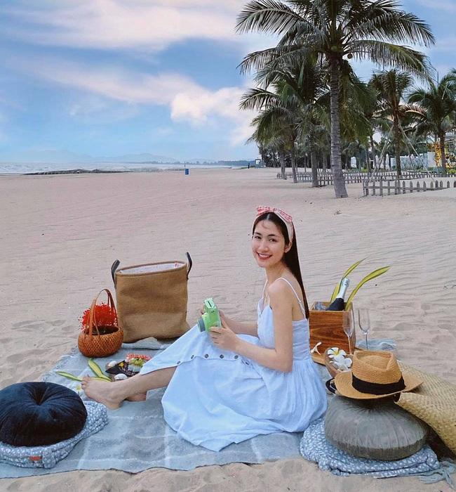 """Hòa Minzy nói: """"Hôm nay biển dịu dàng như em""""."""