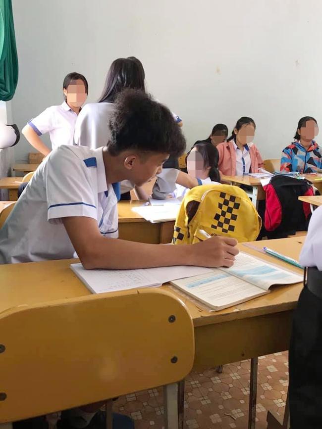 Khi bạn ngồi cạnh nghỉ học mà cô giáo lại bắt thảo luận theo cặp, nam sinh có pha xử lý khiến ai nấy cười lăn cười bò - Ảnh 1.