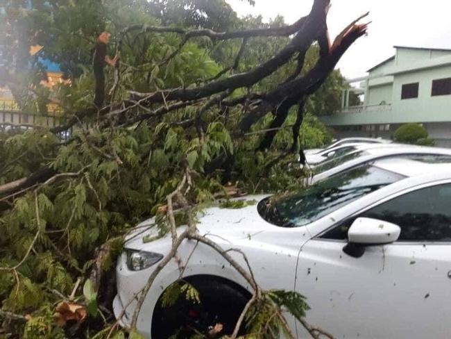 Các địa phương sau bão số 5: Nhiều nhà dân đổ sập hoàn toàn, hàng loạt xế hộp hư hỏng nặng - Ảnh 10.
