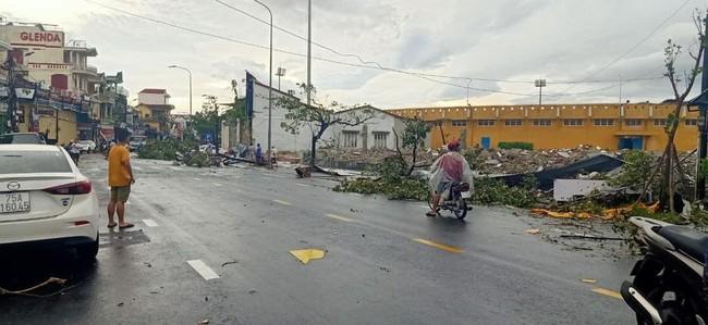 Các địa phương sau bão số 5: Nhiều nhà dân đổ sập hoàn toàn, hàng loạt xế hộp hư hỏng nặng - Ảnh 2.