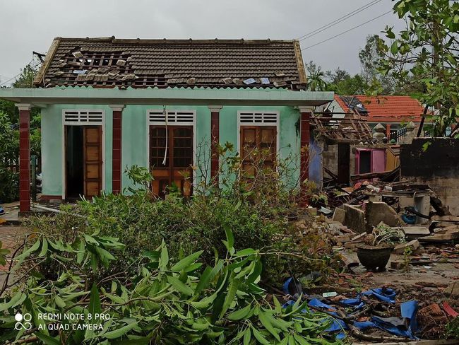 Các địa phương sau bão số 5: Nhiều nhà dân đổ sập hoàn toàn, hàng loạt xế hộp hư hỏng nặng - Ảnh 1.