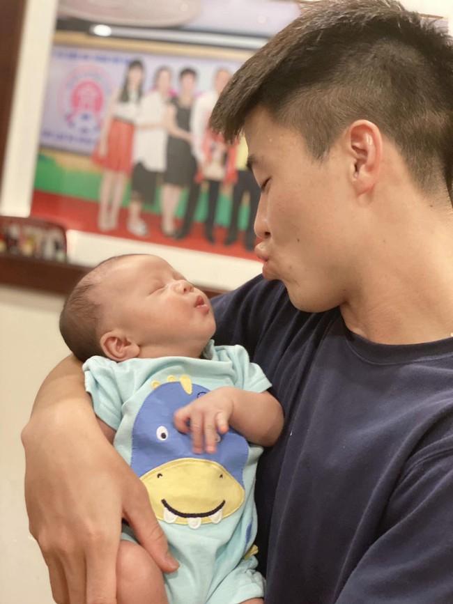 Duy Mạnh lần đầu khoe ảnh chụp cùng con trai cưng, nhưng biểu cảm của Ú Béo mới khiến mọi người thích thú - Ảnh 1.