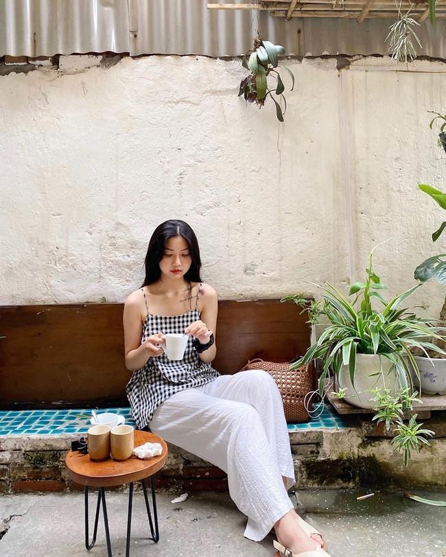 Đợt gió mùa Đông Bắc đầu tiên ùa về Hà Nội và nỗi dấm dứt của hội chị em: Thế này mà không bùng việc đi cà phê thì có lỗi với thời tiết quá! - Ảnh 1.