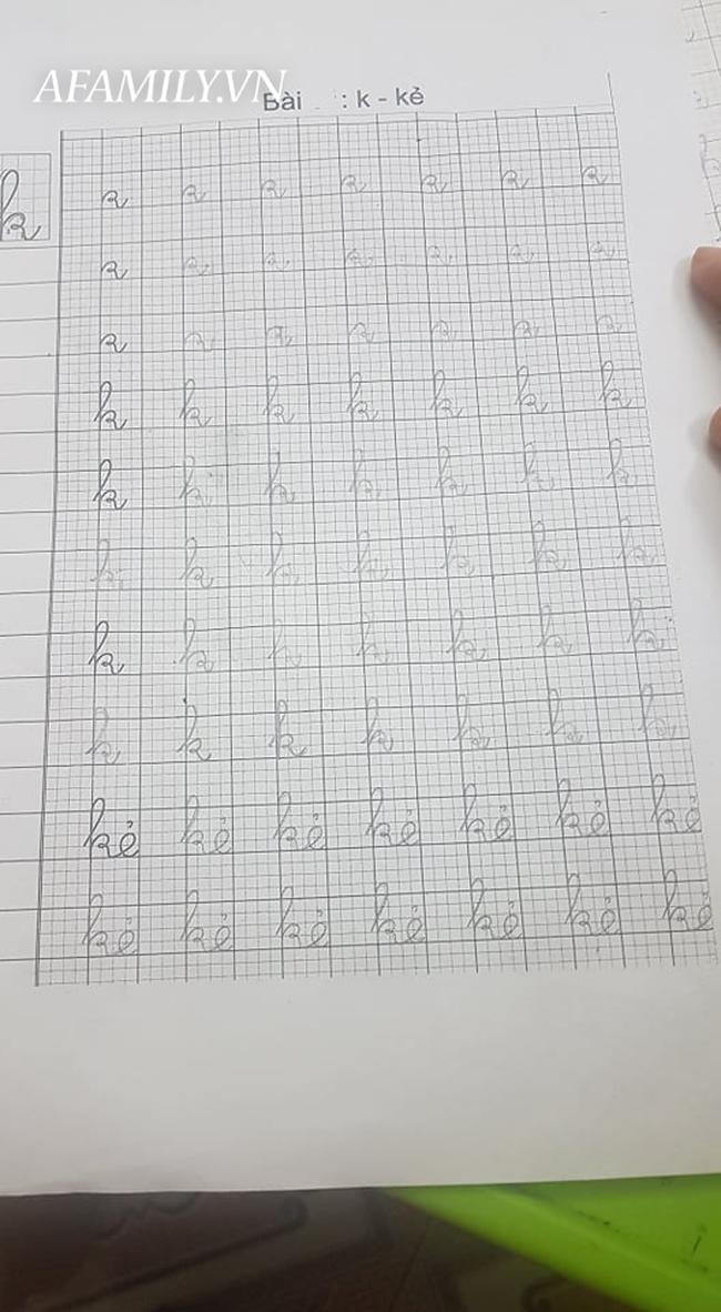 Con học lớp 1, nửa đêm vẫn vật lộn với bài tập về nhà, viết run tay vẫn chưa hết bài luyện chữ - Ảnh 1.