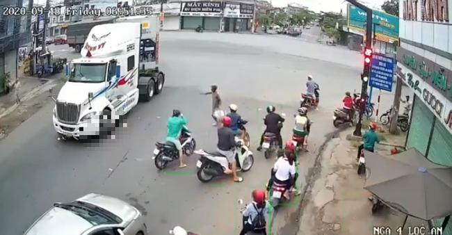 Clip: Phóng xe máy tạt đầu container, người đàn ông bị bánh xe cán qua người trước sự chứng kiến của nhiều người đang dừng đèn đỏ - Ảnh 3.