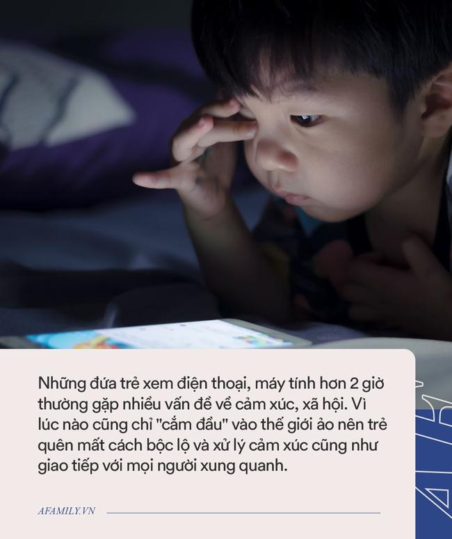Ngoài việc gây cận thị, những đứa trẻ xem điện thoại hơn 2 giờ/ngày còn vướng phải nhiều vấn đề nghiêm trọng khác - Ảnh 2.