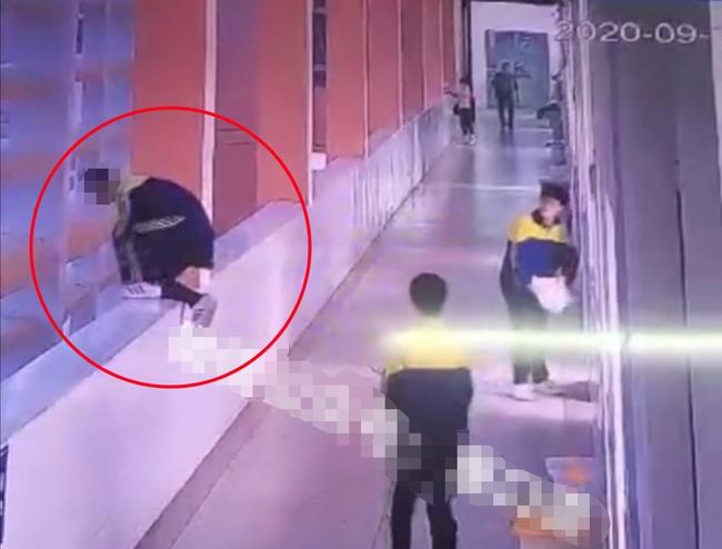 Bị cô giáo mắng vốn, mẹ tức giận tát và bóp cổ con trai trước mặt bạn học, 3 phút sau con nhảy lầu dẫn đến tử vong - Ảnh 2.