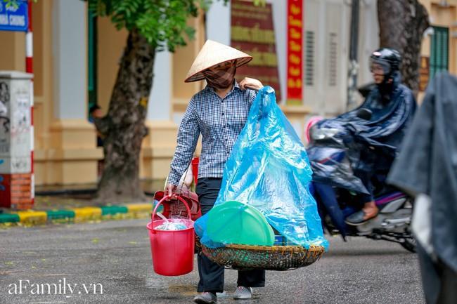 Đợt gió mùa Đông Bắc đầu tiên ùa về Hà Nội và nỗi dấm dứt của hội chị em: Thế này mà không bùng việc đi cà phê thì có lỗi với thời tiết quá! - Ảnh 3.