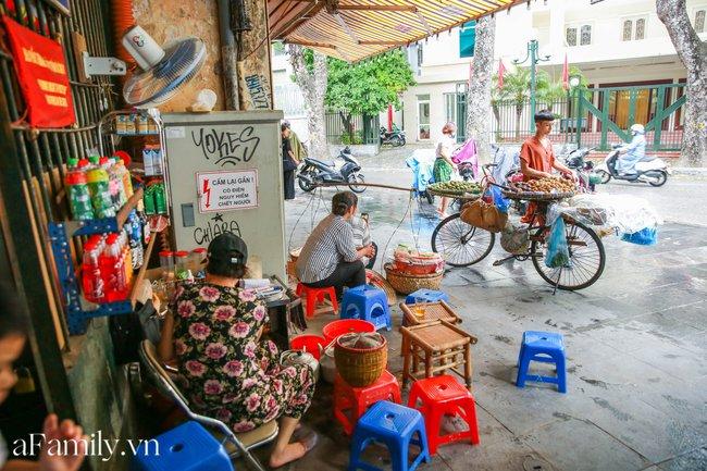 Đợt gió mùa Đông Bắc đầu tiên ùa về Hà Nội và nỗi dấm dứt của hội chị em: Thế này mà không bùng việc đi cà phê thì có lỗi với thời tiết quá! - Ảnh 4.