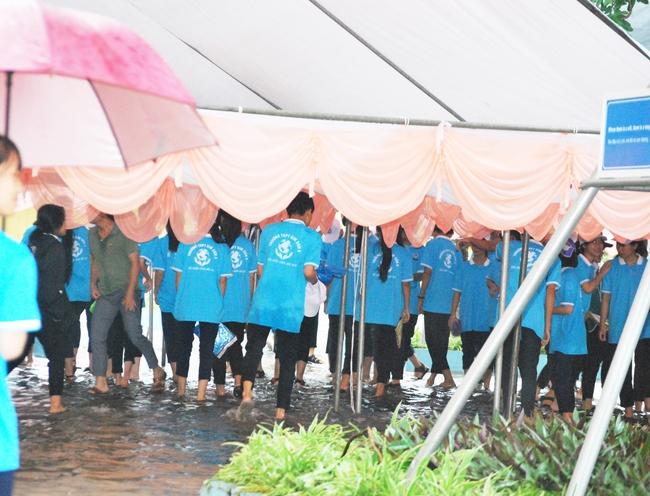 Ninh Bình: Học sinh nội bì bõm trước giờ G tại điểm cầu trực tiếp đường lên đỉnh Olympia tại trường làng - Ảnh 4.
