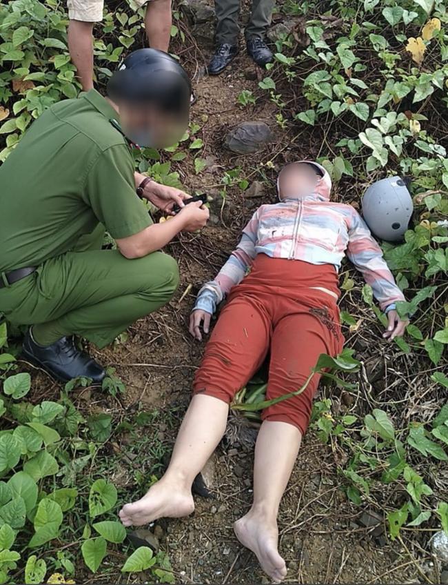 Vợ ôm con 1 tuổi nhảy xuống sông sau khi cãi nhau với chồng, bé trai bị nước cuốn tử vong thương tâm - Ảnh 2.