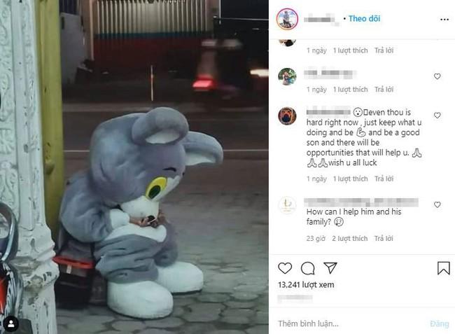 Bức ảnh chụp trộm cậu bé 9 tuổi đáng yêu mặc hình nộm ngồi bên vệ đường, khi tiết lộ về gia cảnh đã lập tức gây chú ý - Ảnh 1.