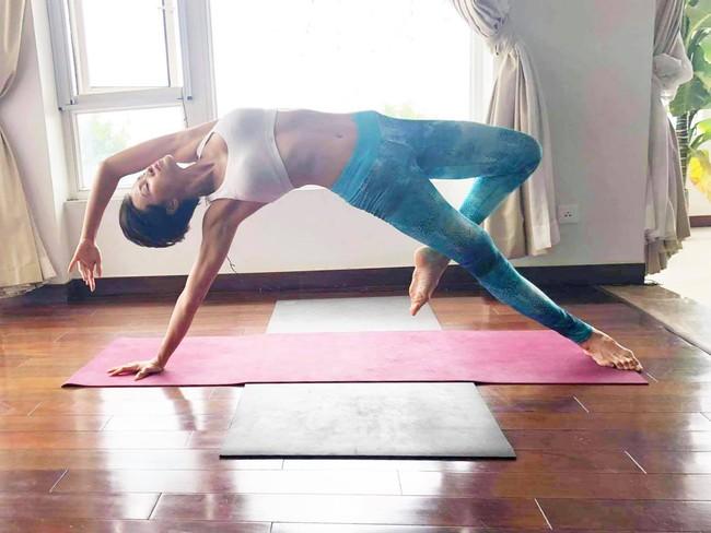 Phương Mai chăm chỉ tập yoga để giữ vóc dáng.