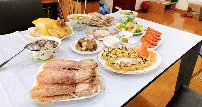 """""""Hoa mắt"""" với mâm cơm gia đình ngày nghỉ lễ của bà mẹ U60: xôi ngũ sắc, trứng cuộn hình chim công, hải sản bày biện ngập đĩa - Ảnh 4."""