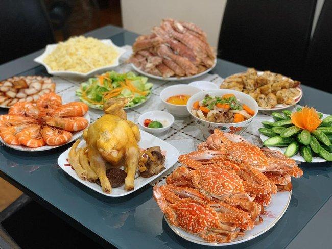 """""""Hoa mắt"""" với mâm cơm gia đình ngày nghỉ lễ của bà mẹ U60: xôi ngũ sắc, trứng cuộn hình chim công, hải sản bày biện ngập đĩa - Ảnh 11."""